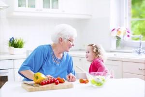 Os momentos em família podem ser muito benéficos para a pessoa com Alzheimer ou outra demência, desde que ocorram num ambiente tranquilo e não conflituoso.