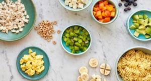 Servir alimentos que se possam comer com as mãos, ao longo do dia, pode ajudar a garantir o aporte nutricional necessário.